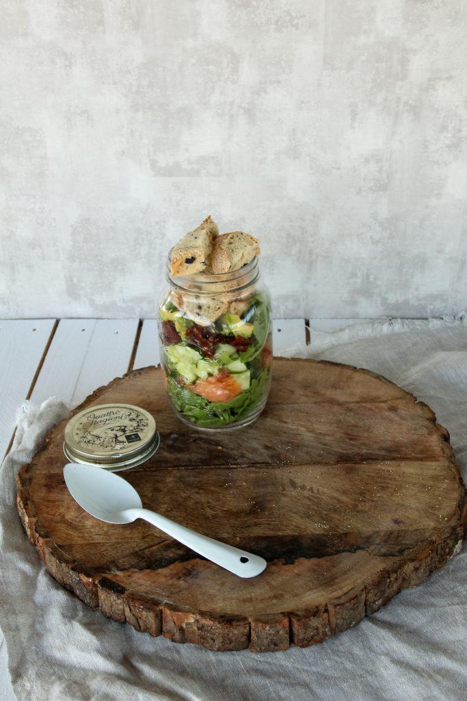 Zomerse salade met zalm, zuurdesembrood en avocado