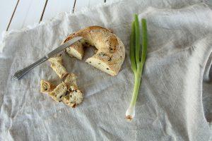 Zuurdesembrood olijf, heerlijk in een zomerse salade